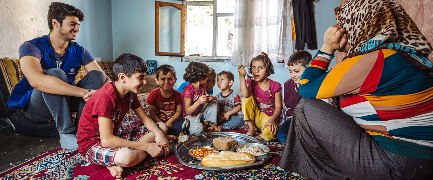 A Syrian refugee family enjoys the meal they have received from one of the soup kitchens in Gaziantep that IOM supports. Foto: IOM 2016